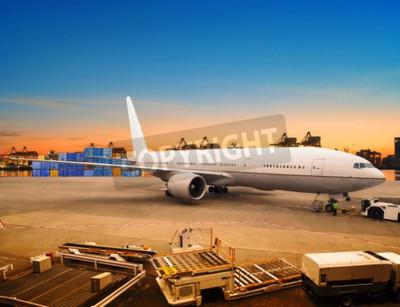 Fotomural Carga aérea y cargamento de carga de carga de mercancías en el aeropuerto de contenedores de uso de estacionamiento para el transporte marítimo y aéreo de la industria logística