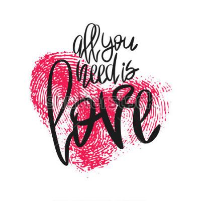 Fotomural Cartel romántico con letras y huellas dactilares de corazón. Frase manuscrita en negro Todo lo que necesita es amor y huella digital rosa aislada en blanco. Vector de caligrafía moderna para el día de