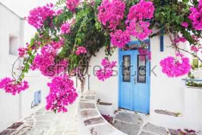 Fotomural Casa griega tradicional con flores en la isla de Paros, Grecia