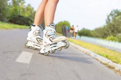 Fotomural Cerca de la niña rollerblading en el parque. Al aire libre, recreación, estilo de vida, patinaje.