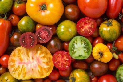 Fotomural Cerca de tomates coloridos, algunos en rodajas, disparó desde arriba