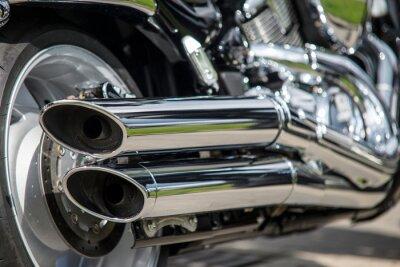 Fotomural cerca del coche y de la motocicleta de escape