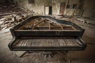 Fotomural Chernobyl - primer plano de un viejo piano en un auditorio
