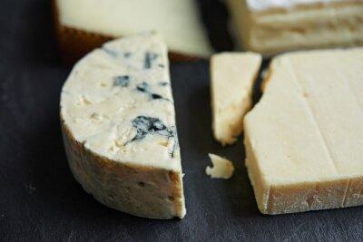 Fotomural Chuletas de quesos sobre fondo negro