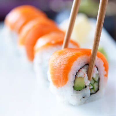 Fotomural comer sushi con chopstricks