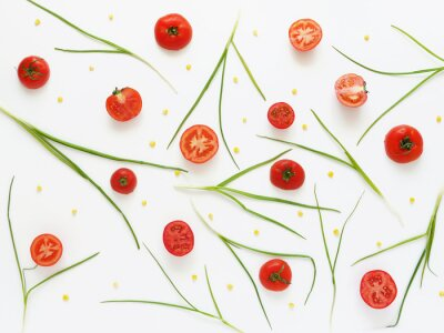 Fotomural Comer un patrón de tomates frescos y cebollas verdes. Fondo de los alimentos vegetales. Corte los tomates en un fondo blanco.