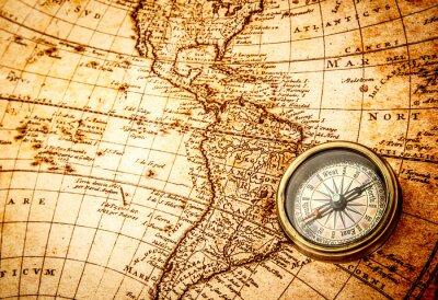 Fotomural Compás de la vendimia se encuentra en un antiguo mapa del mundo.