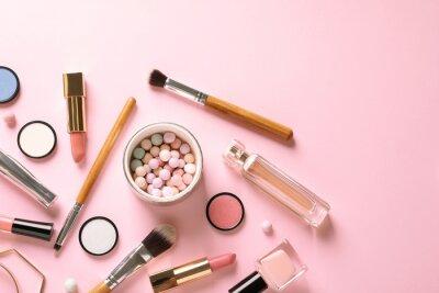 Fotomural Composición en plano con productos para maquillaje decorativo sobre fondo rosa pastel.