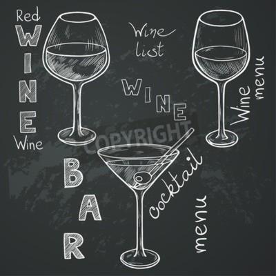 Fotomural Conjunto de vidrios esbozado para vino tinto, vino blanco, martini y cóctel sobre fondo de pizarra. Mano letras escritas en estilo vintage dibujado con tiza en la pizarra.