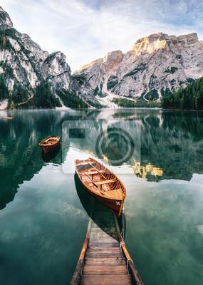 Fotomural Construcción de barcos y resbalones en el lago Braies con agua cristalina en el fondo de la montaña Seekofel en Dolomitas en la mañana, Italia Pragser Wildsee