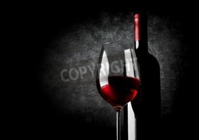 Fotomural Copa de vino tinto sobre un fondo negro