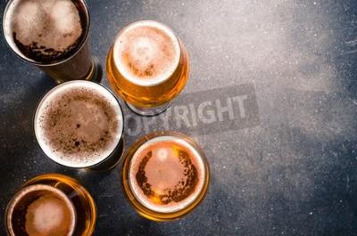 Fotomural Copas de cerveza en una mesa oscura