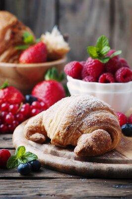 Fotomural Croissant fresco con la mezcla de la baya