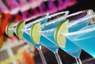 Fotomural Curacao azul cócteles en Martini Gläsern in einer Bar