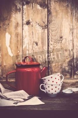 Fotomural Decoración de la cocina de la vendimia, olla de café rojo del esmalte y tazas con los puntos de polca en un viejo fondo de la tarjeta de madera con el espacio de la copia. Decoración casera rústica.