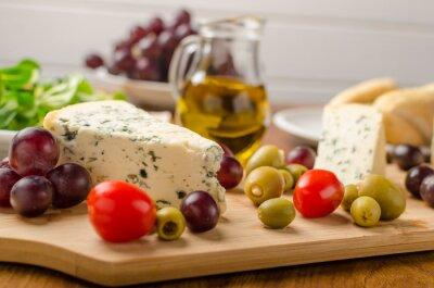 Fotomural Delicioso queso azul con aceitunas, uvas y ensalada