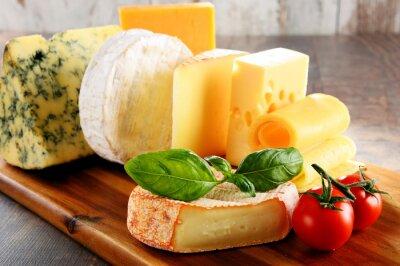 Fotomural Diferentes tipos de queso en la mesa de la cocina