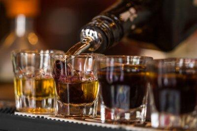 Fotomural Disparos con whisky y liqquor en bar de copas