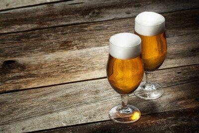Fotomural Dos de cerveza de cristal sobre fondo de madera con copyspace