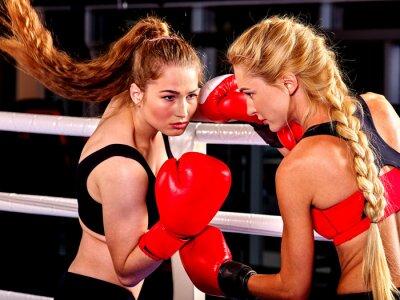 Fotomural Dos mujeres boxeador llevaba guantes rojos a la caja en el anillo. Artes marciales.