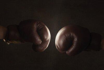 Fotomural Dos viejos guantes de boxeo marrón golpeó juntos