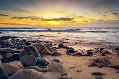 Fotomural Dramático atardecer en la costa rocosa