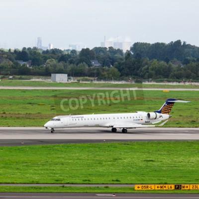 Fotomural DUSSELDORF, Alemania - 05 de septiembre, 2015: Eurowings Bombardier CRJ-900 MAL llega al aeropuerto internacional de Dusseldorf.