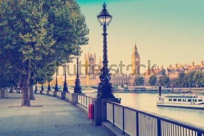Fotomural Efecto de filtro de foto retro - Lámpara de calle en la orilla sur del río Támesis con el Big Ben y el Palacio de Westminster en el fondo, Londres, Inglaterra, Reino Unido