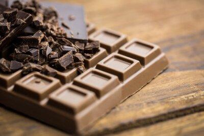 Fotomural El chocolate negro y la leche en una mesa de madera