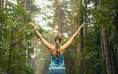 Fotomural el estilo de vida de buena condición física mujer deportiva temprana de la superficie forestal