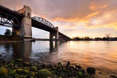 Fotomural El puente histórico de Burrard de Vancouver en la puesta del sol del invierno
