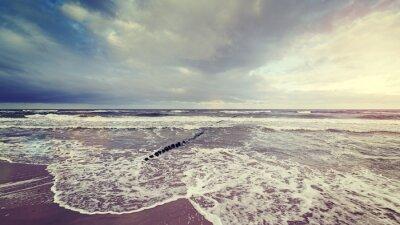 Fotomural El vintage entonó el cielo tempestuoso sobre el mar agitado.