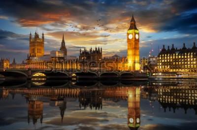 Fotomural El Westminster Palace y la torre del reloj Big Ben junto al río Támesis en Londres, Reino Unido, justo después del atardecer