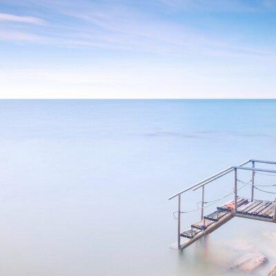 Fotomural Embarcadero de madera escalera de agua de mar. La exposición a largo.