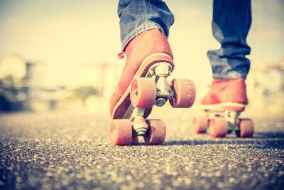 Fotomural Enfriar hombre que llevaba zapatos de patinaje sobre ruedas