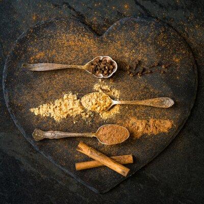 Fotomural Especias para Navidad Galletas de pan de jengibre en cucharas