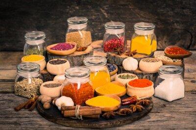 Fotomural Especias y hierbas en la mesa de madera