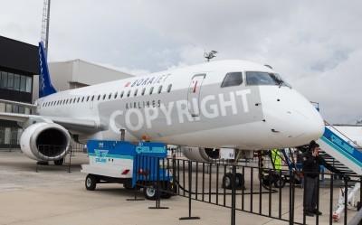 Fotomural ESTAMBUL, Turquía - 27 de septiembre 2014: Borajet Embraer E190 en Estambul Airshow, que llevó a cabo en el aeropuerto de Ataturk