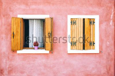 Fotomural Fachada colorida hermosa de la casa en la isla de Burano, Italia del norte. Rojo dos ventanas con contraventanas de madera.
