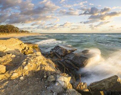 Fotomural Fale rozbijające się o umocniony brzeg na Helu