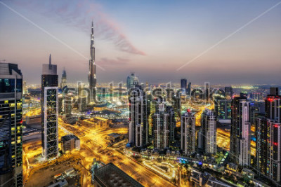 Fotomural Fantástica vista aérea de Dubai, Emiratos Árabes Unidos, al atardecer. Arquitectura futurista de una gran ciudad moderna en luz dramática. Colorido horizonte nocturno. Antecedentes de viaje.