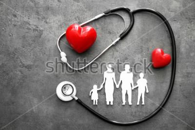 Fotomural Figura familiar, corazones rojos y estetoscopio sobre fondo gris. Concepto de salud