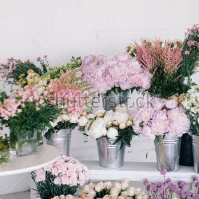 Fotomural Flores en jarrones y cubos. Tienda de flores.