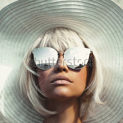 Fotomural Foto al aire libre de la moda de la señora hermosa joven en sombrero y gafas de sol. Viajes a la playa de verano. Vibras de verano
