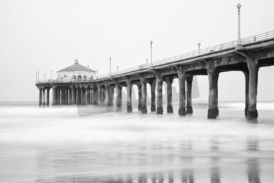 Fotomural Foto blanco y negro del embarcadero de Manhattan Beach, California.