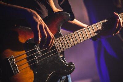 Fotomural Foto del primer del jugador de la guitarra baja