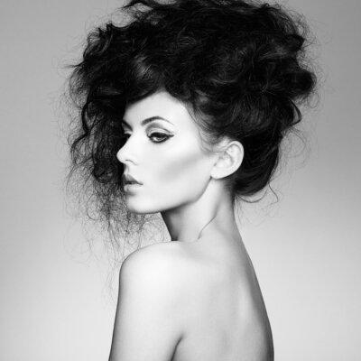 Fotomural Foto en blanco y negro de la mujer hermosa con el pelo magnífico