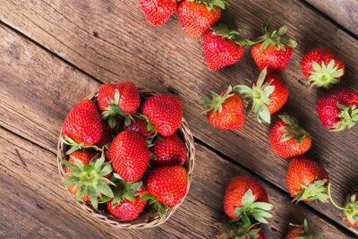 Fotomural Fresh red strawberries on old wooden background