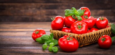 Fotomural Fresh ripe tomatoes and basil in the basket