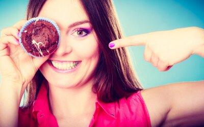 Fotomural Funny mujer tiene pastel en la mano que cubre su ojo